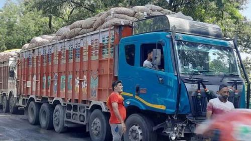 আটকেপড়া ১০ হাজার টন পেঁয়াজ একদিনে ফিরিয়ে নিল ভারত