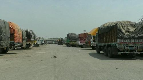 Truck parking syndicates of Bongaon causing loss to Bangladeshi importers