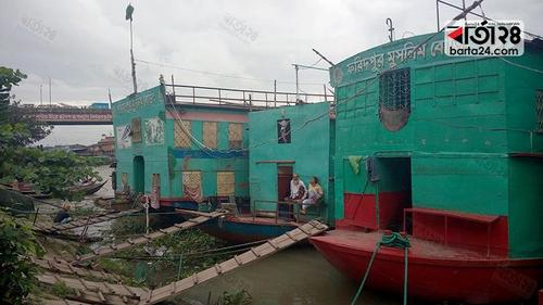 Floating hotel owners of Buriganga are dreaming of turning aback