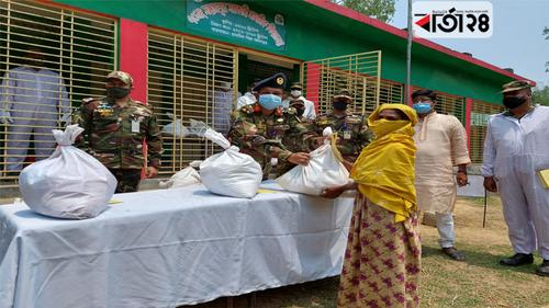 টাঙ্গাইলে সেনাবাহিনীর ঈদ সামগ্রী বিতরণ