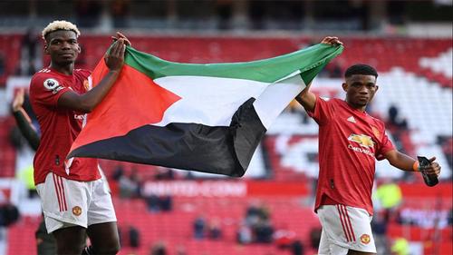Paul Pogba holds Palestine flag