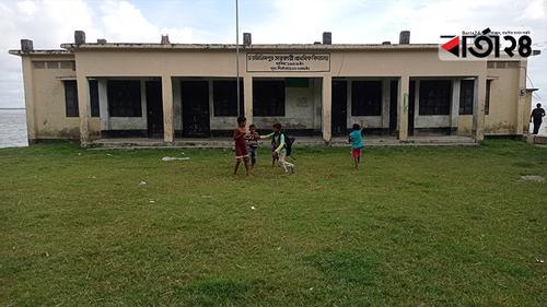 ভাঙনের মুখে স্কুল, ভয়ে ক্লাসে যাচ্ছে না শিশু শিক্ষার্থীরা