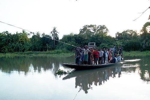 একটি সেতুর অভাব, রশি টেনে নদী পার