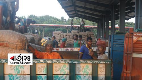 ভারতে পেঁয়াজের রফতানি মূল্য বৃদ্ধির প্রভাব বেনাপোল..