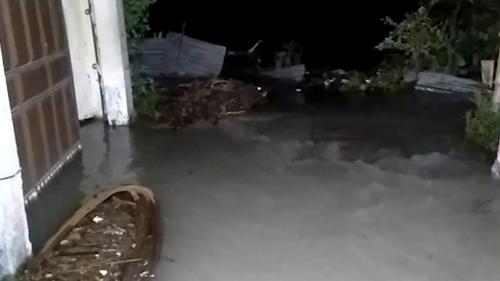 পটুয়াখালী শহরে হু হু করে ঢুকছে পানি