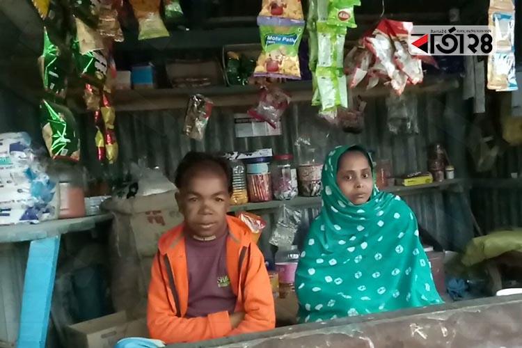 দোকানে রাজ্জাক ও হাসিনা (বাঁ থেকে) / ছবিঃ বার্তা২৪