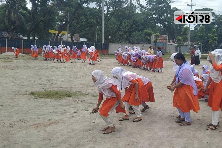 বিদ্যালয় প্রাঙ্গণ পরিষ্কার করছে শিক্ষার্থীরা, ছবি: বার্তাটোয়েন্টিফোর.কম