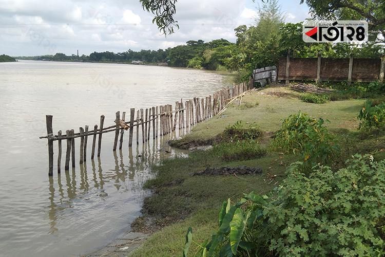 ব্যারিকেড তৈরি করে নদী দখল, ছবি: বার্তাটোয়েন্টিফোর.কম