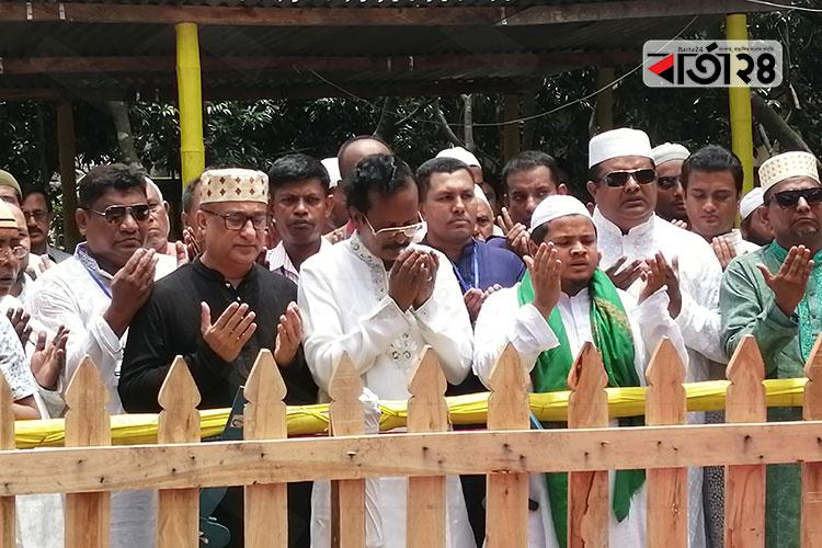 হুসেইন মুহম্মদ এরশাদের কবর জিয়ারত করছেন নোয়াখালী জাতীয় পার্টির নেতৃবৃন্দ, ছবি: বার্তাটোয়েন্টিফোর.কম
