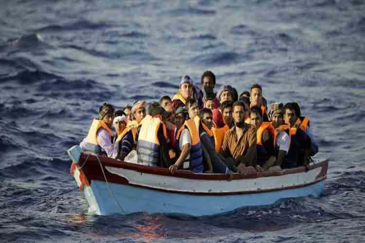 বাংলাদেশিদের নিয়ে নৌকা ভাসছে তিউনিসিয়া উপকূলে, ছবি: প্রতীকী