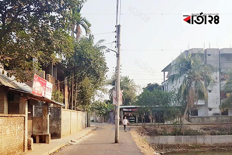 কুমিল্লা মহানগরীর কোটবাড়ি এলাকায় রাস্তার মাঝখানে বিদ্যুতের খুঁটি/ ছবি: বার্তা২৪.কম