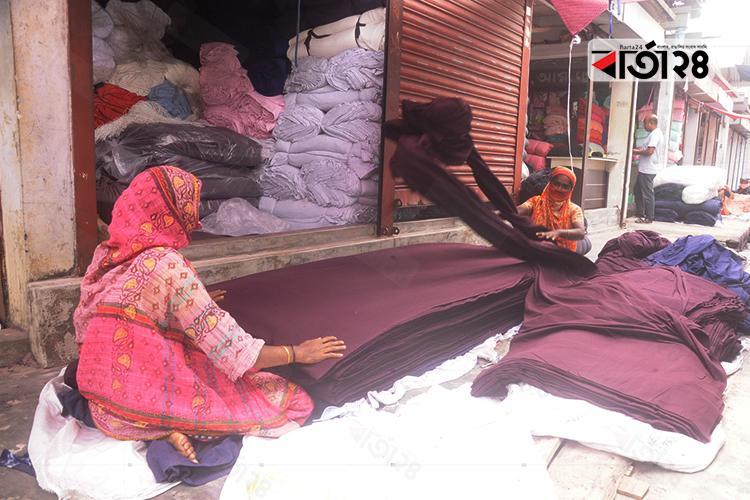 কাপড় গোছানোর কাজ করছেন নারী শ্রমিক / ছবি: মেহেদী হাসান