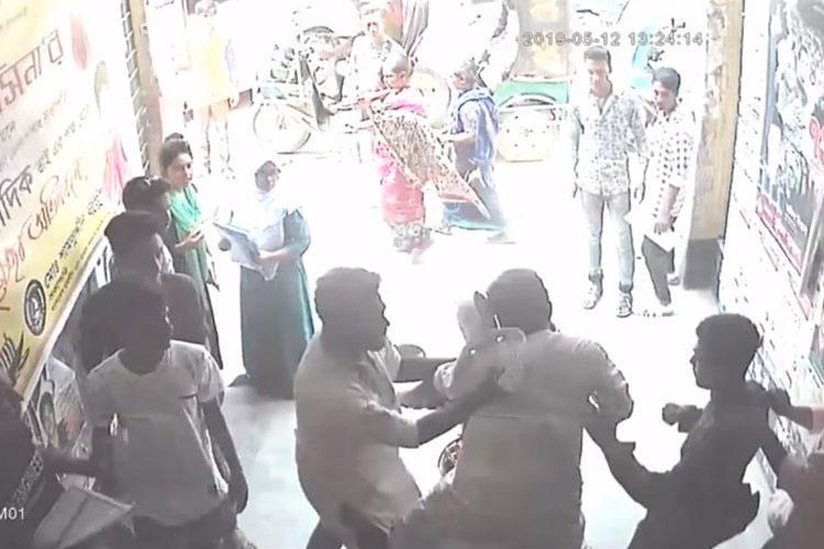 কলেজ গেটের সিসিটিভি ফুটেজে শিক্ষকের ওপর ছাত্রলীগ নেতাদের হামলা/ ছবি: সংগৃহীত