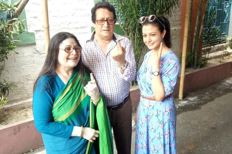 বাবা-মাকে সঙ্গে ভোট দিয়েছেন অভিনেত্রী কোয়েল মল্লিক/ ছবি: বার্তা২৪