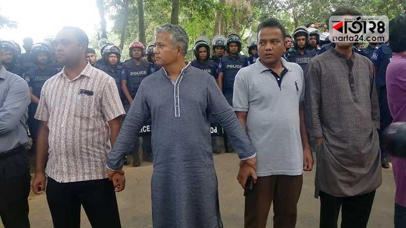 Teachers of Jahangirnagar University have formed a human barricade to protect the students, Photo: Barta24.com