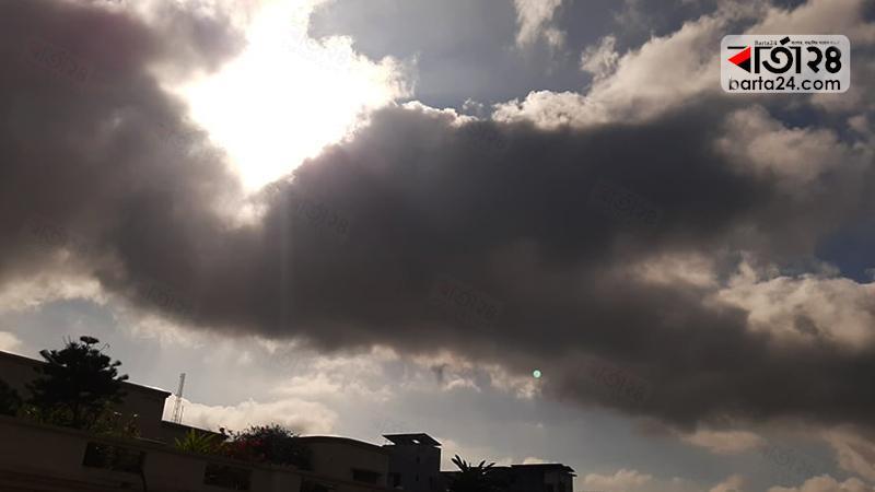 মেঘের ছোটাছুটিতে উঁকি দিচ্ছে সূর্য, ছবি: শাদরুল আবেদীন