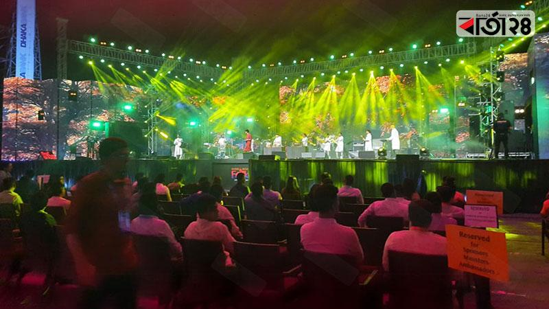 ঢাকা ইন্টারন্যাশনাল ফোক ফেস্টের দ্বিতীয় দিনের অনুষ্ঠান চলছে, ছবি: বার্তাটোয়েন্টিফোর.কম