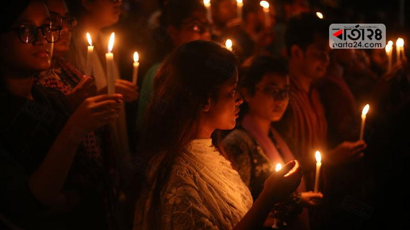 নিহত আবরারকে স্মরণ ও তাকে হত্যার প্রতিবাদে বুয়েটে মোমবাতি জ্বালিয়ে মৌন মিছিল করেন শিক্ষার্থীরা | ছবি: শাহরিয়ার তামিম