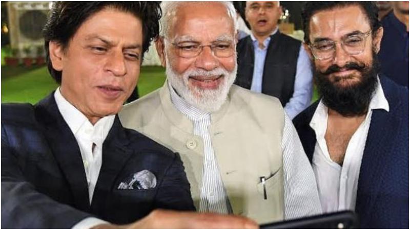 প্রধানমন্ত্রী নরেন্দ্র মোদির সঙ্গে সেলফি তুলছেন শাহরুখ খান ও আমির খান