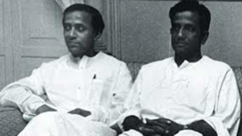কমরেড ভূপেশ গুপ্ত, ডান পাশে জ্যোতি বসু, ছবি: সংগৃহীত