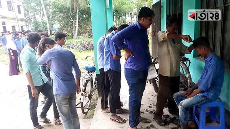 লাইনে দাঁড়িয়ে নরসুন্দরের কাছ থেকে চুল কাটাচ্ছে ছাত্ররা। ছবি: বার্তাটোয়েন্টিফোর.কম
