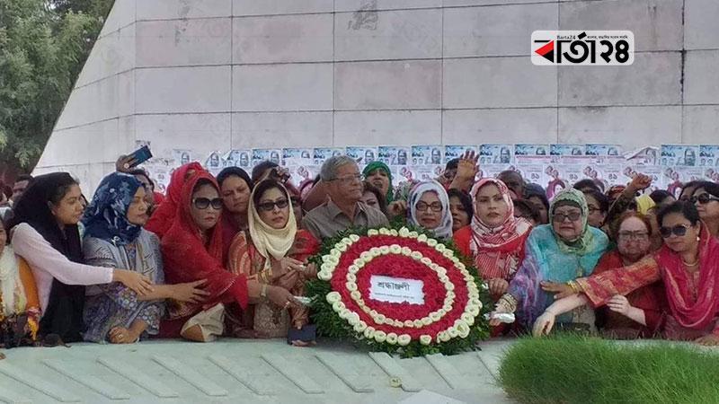 জাতীয়তাবাদী মহিলা দলের প্রতিষ্ঠা বার্ষিকী উপলক্ষে শহীদ প্রেসিডেন্ট জিয়াউর রহমানের মাজারে ফুল দিয়ে শ্রদ্ধা জানায় বিএনপি