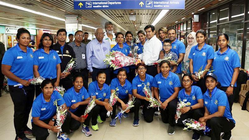 বিমানবন্দরে ফুলেল শুভেচ্ছায় সিক্ত বাংলাদেশ নারী ক্রিকেট দল- ছবি:বিসিবি