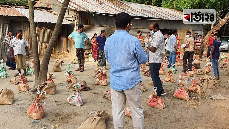 ফরিদপুরের জেলা প্রশাসকের উদ্যোগে ১৩০ পরিবারকে খাদ্য সহায়তা