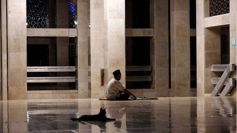 ইন্দোনেশিয়ার বিখ্যাত ইস্তিকলাল মসজিদের করিডোরে প্রার্থনা করছেন এক মুসলিম, ছবি: সংগৃহীত