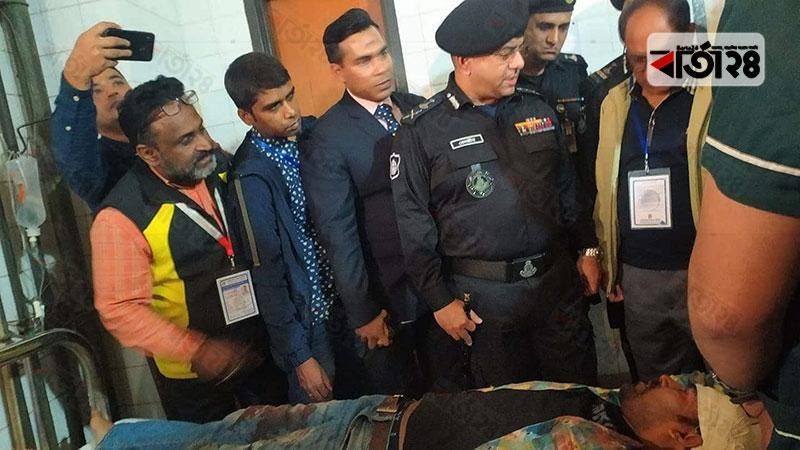 আহত সাংবাদিককে হাসপাতালে দেখতে যান র্যাব ডিজি বেনজীর আজমেদ