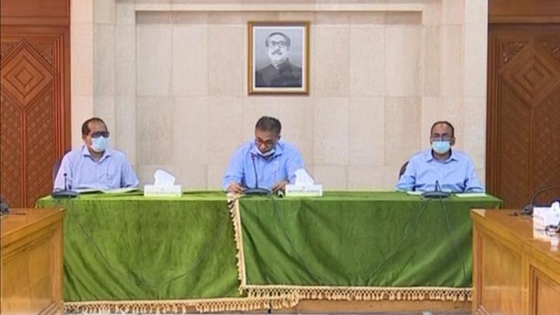 ব্রিফিংয়ে বক্তব্য দিচ্ছেনপ্রধানমন্ত্রীর মুখ্যসচিব ড. আহমদ কায়কাউস