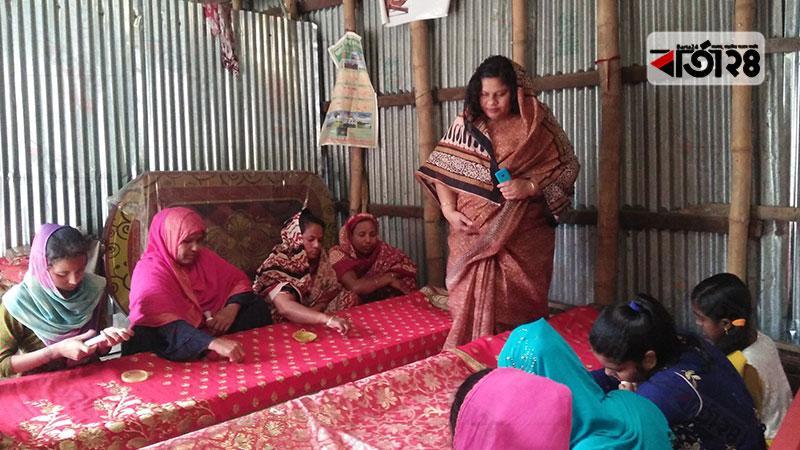 কল্যাণী হাসানের স্বেচ্ছাসেবী প্রতিষ্ঠানে গ্রামের নারীরা কাজ শিখছেন/ছবি: বার্তা২৪.কম
