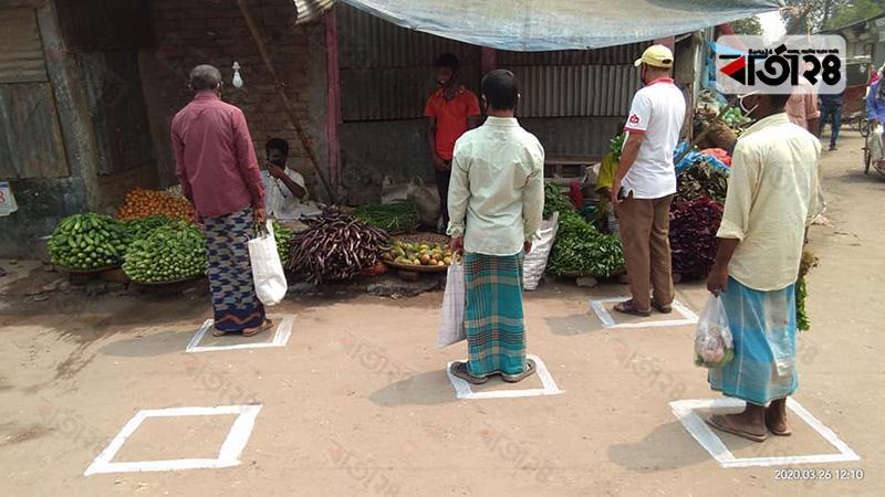 রংপুরের বদরগঞ্জে বাজারের রাস্তার ওপর রঙ দিয়ে দূরত্ব নির্ধারণ করা হয়েছে