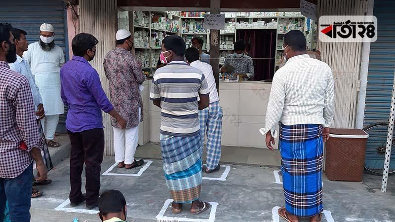 চুয়াডাঙ্গায় দোকানের সামনে সাদা রঙের প্রলেপ অঙ্কন করা হয়েছে।