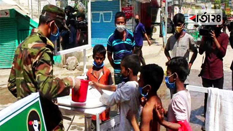 কুমিল্লায় পথশিশুদের হাত ধুয়ে দিল সেনাবাহিনী