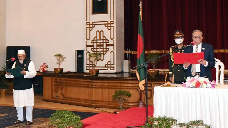রাষ্ট্রপতি মো. আবদুল হামিদ বঙ্গভবনের দরবার হলে নবনিযুক্ত প্রতিমন্ত্রী মো. ফরিদুল হক খানকে শপথ বাক্য পাঠ করান, ছবি: পিআইডি