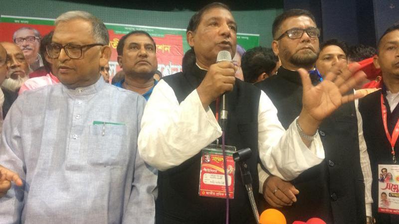 বাঁ থেকে মোল্লা আবুল কালাম আজাদ, ফজলুল হক মন্টু ও কেএম আজম খসরু
