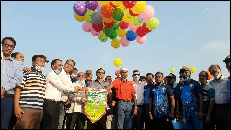বেলুন উড়িয়ে ডিএফএ অনূর্ধ্ব-১৮ যুব ফুটবল প্রশিক্ষণ কর্মশালার উদ্বোধন করা হচ্ছে