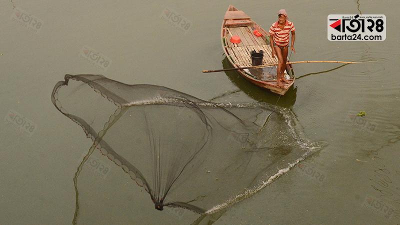 বংশী নদীতে মাছ শিকারে জেলের জাল