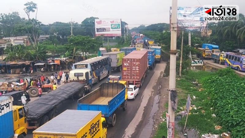 ঢাকা-চট্টগ্রাম মহাসড়কের কুমিল্লায় ১৫ কিলোমিটার দীর্ঘ যানজট