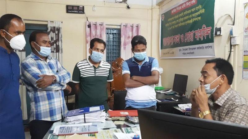 ছবি: পাটগ্রামে হিসাবরক্ষণ কর্মকর্তাকে অবরুদ্ধ করল শিক্ষকরা