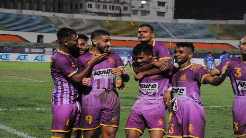 চট্টগ্রাম আবাহনীর ফুটবলারদের আনন্দ ভাগাভাগি