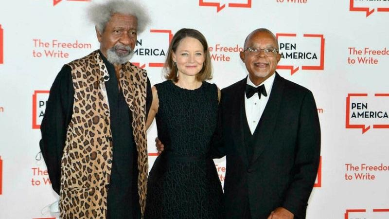 Nigerian writer Wole Soyinka (L), US actress Jodie Foster (C) and US historian and intellectual Henry Louis Gates Jr attend the PEN America Literary Gala at American Museum of Natural History